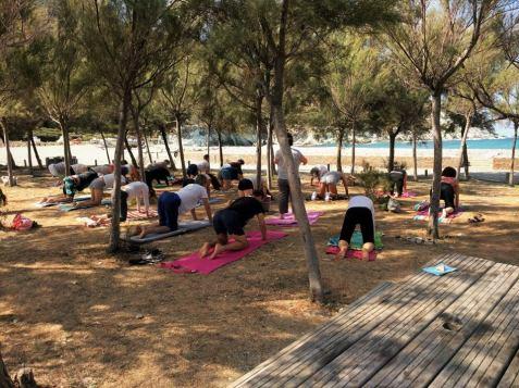 Cours de yoga à la plage de Giottani, Barrettali