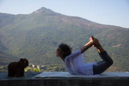 Dominique casaux en posture de yoga, barrettali, cap corse